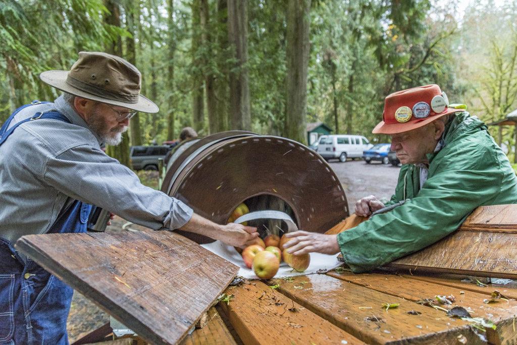 cedar-creek-grist-mill-woodland-washington-apple-cider-pressing-clark-county-woodland-washington-news