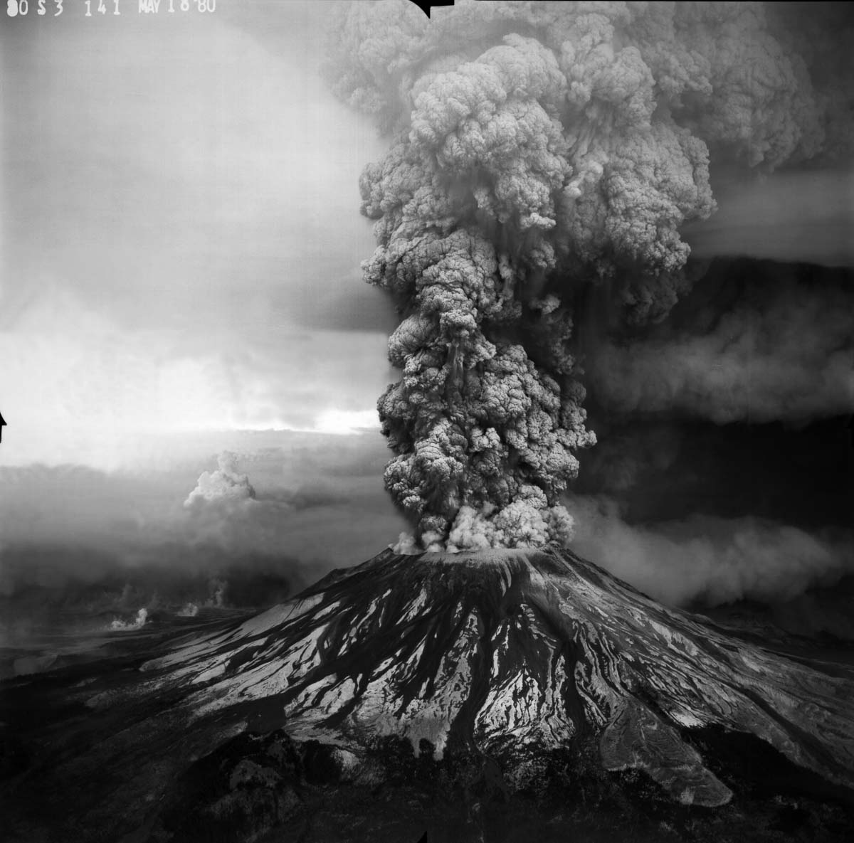 Plinian eruption column from May 18, 1980 Mount St. Helens. Aerial view from the Southwest. Photo courtesy of USGS